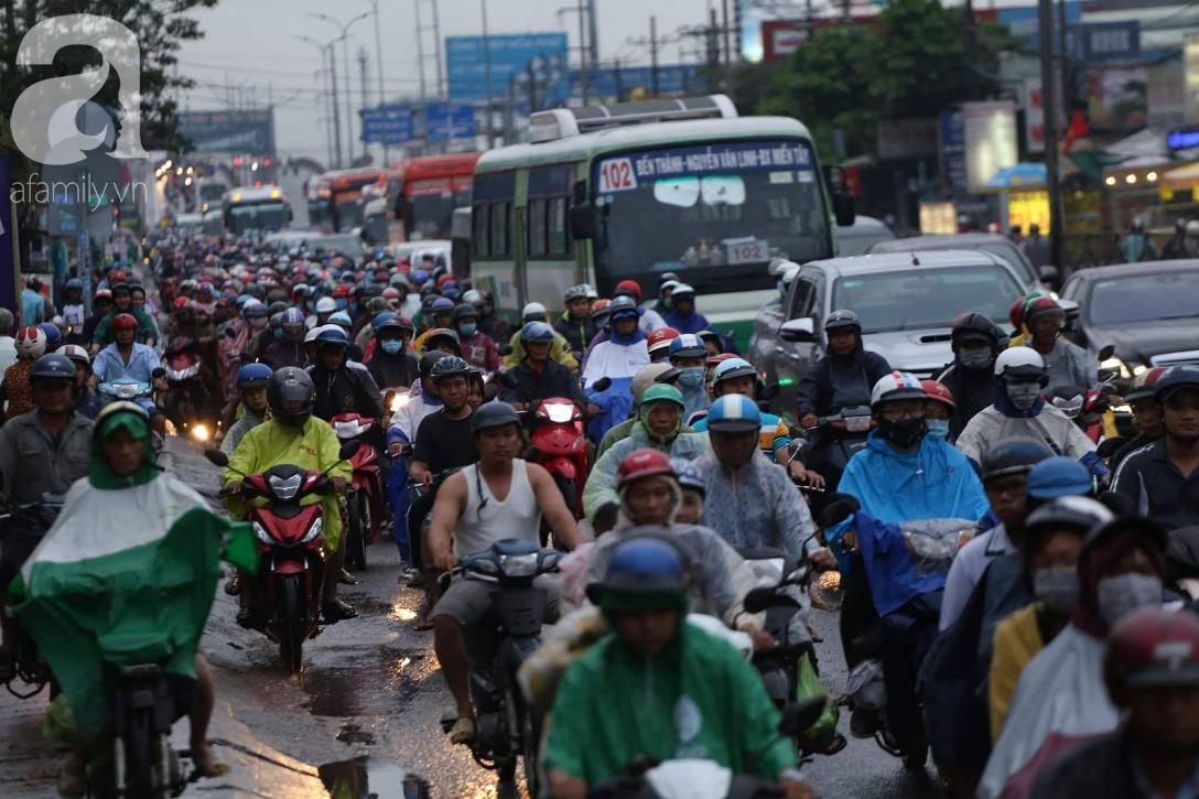 Người dân đội mưa lội nước, chen chúc nhau trở lại Sài Gòn sau kỳ nghỉ lễ 2/9 - Ảnh 3.