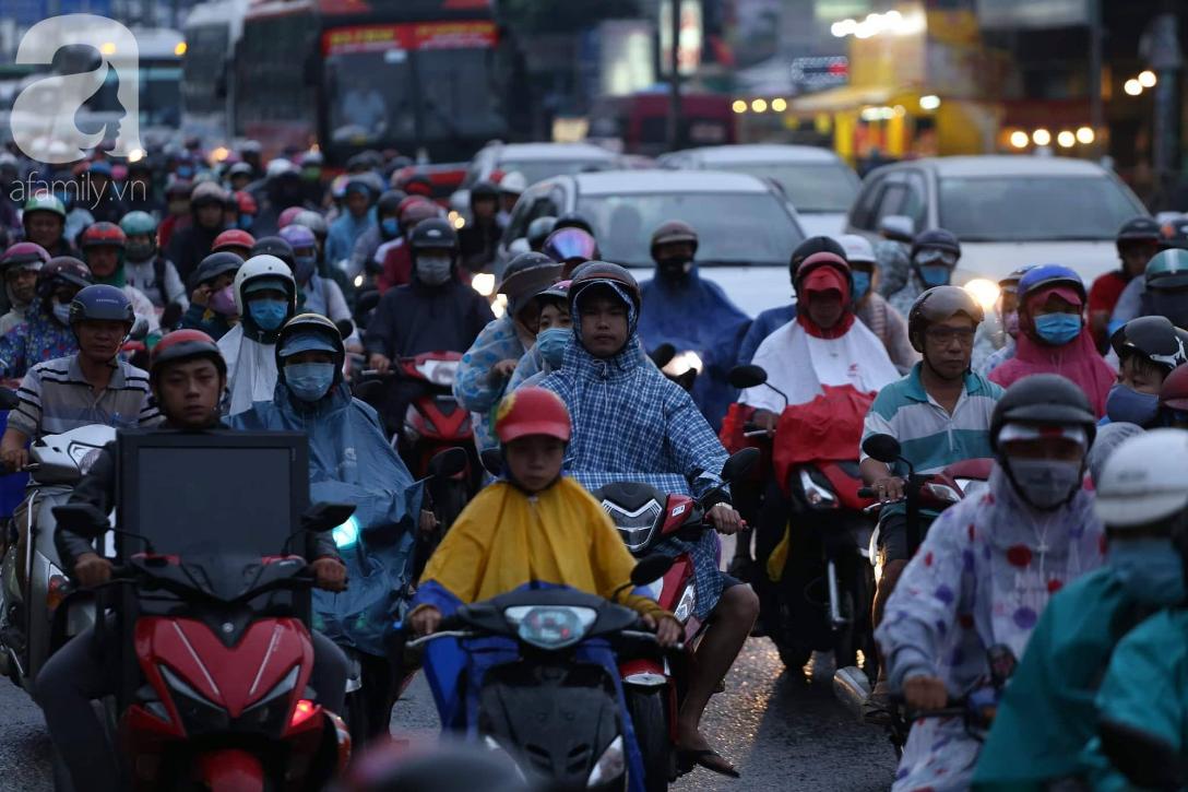 Người dân đội mưa lội nước, chen chúc nhau trở lại Sài Gòn sau kỳ nghỉ lễ 2/9 - Ảnh 4.