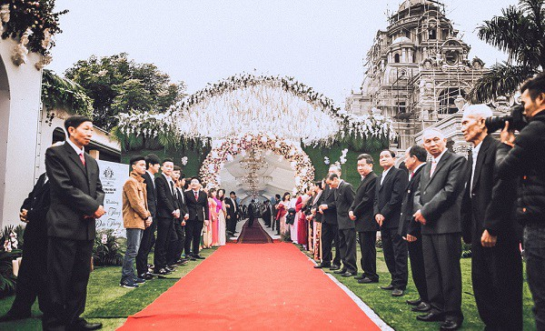 Tròn miệng dẹt mắt vì các siêu đám cưới sang, xịn, mịn: Tiệc cưới 3000 khách mời, cô dâu đội vương miện 100 cây vàng, đón dâu bằng phi cơ... - Ảnh 19.