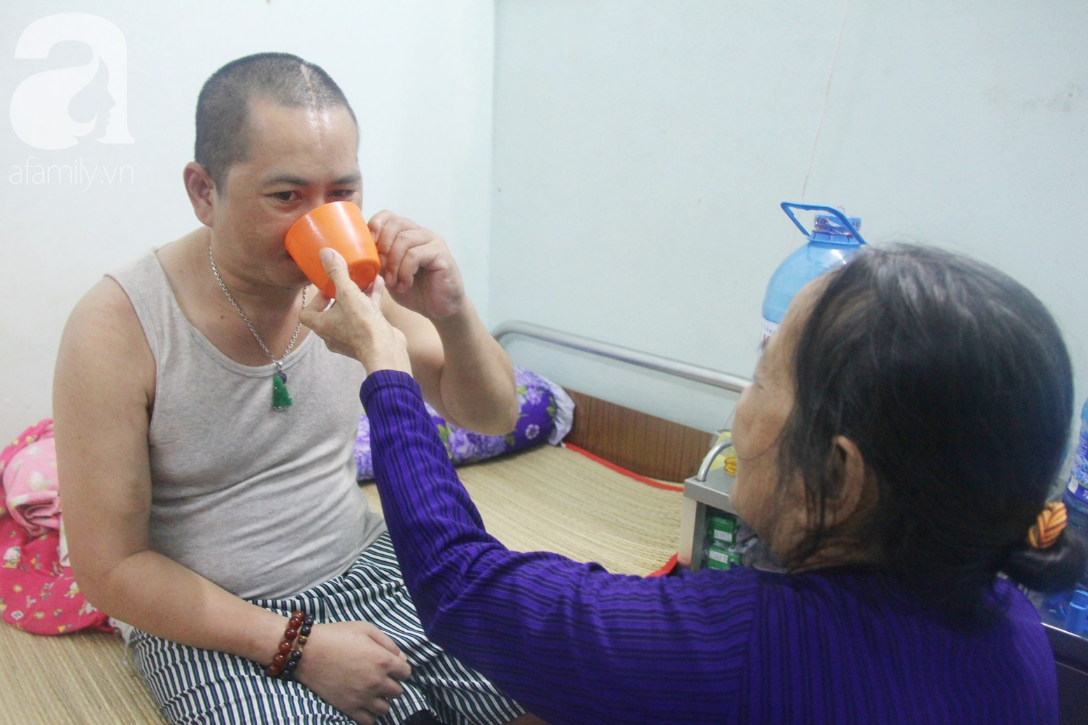 Phép màu đến với người mẹ già còng lưng, dìu con trai méo đầu đến bệnh viện mà không đủ tiền chữa trị - Ảnh 11.