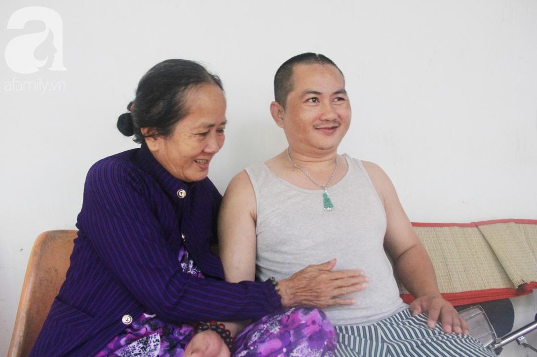 Phép màu đến với người mẹ già còng lưng, dìu con trai méo đầu đến bệnh viện mà không đủ tiền chữa trị - Ảnh 2.