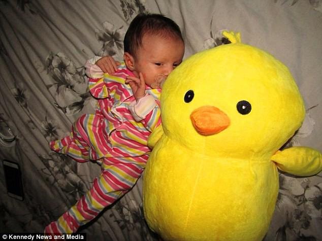 Vừa chào đời, bé sơ sinh đã khiến cả êkip mổ sửng sốt, sản phụ bất ngờ hơn khi nhìn thấy con - Ảnh 2.