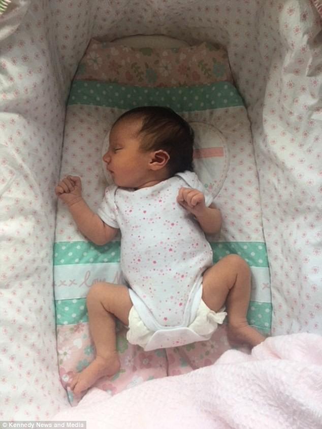Vừa chào đời, bé sơ sinh đã khiến cả êkip mổ sửng sốt, sản phụ bất ngờ hơn khi nhìn thấy con - Ảnh 6.