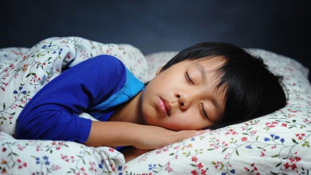 Nhìn bảng thời gian ngủ được chuyên gia khuyến cáo, nhiều cha mẹ sẽ giật mình vì con đang thiếu ngủ trầm trọng - Ảnh 1.