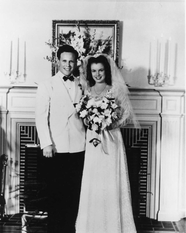 Ảnh cưới hiếm hoi của Marilyn Monroe và người chồng đầu tiên trong cuộc hôn nhân chớp nhoáng năm 16 tuổi - Ảnh 1.