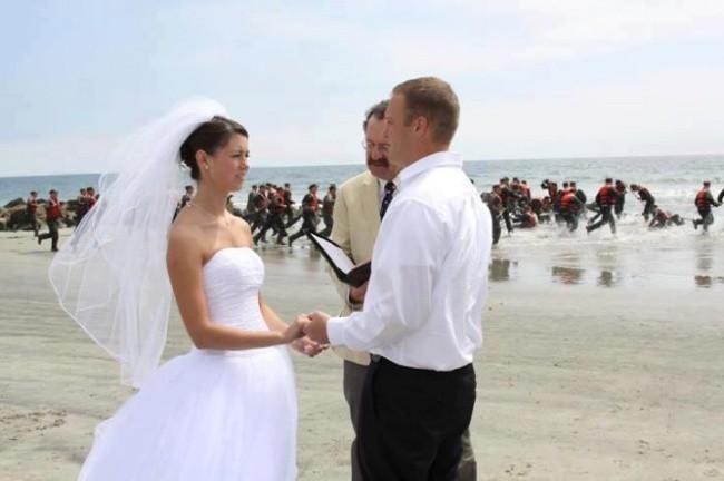 Ngày cưới chính là ngày vui nhất, vì vậy hãy lưu lại khoảnh khắc ấy bằng những bức hình nhìn là muốn cười bò như thế này - Ảnh 14.