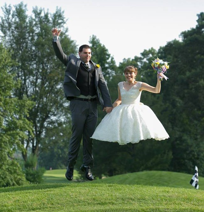 Ngày cưới chính là ngày vui nhất, vì vậy hãy lưu lại khoảnh khắc ấy bằng những bức hình nhìn là muốn cười bò như thế này - Ảnh 2.