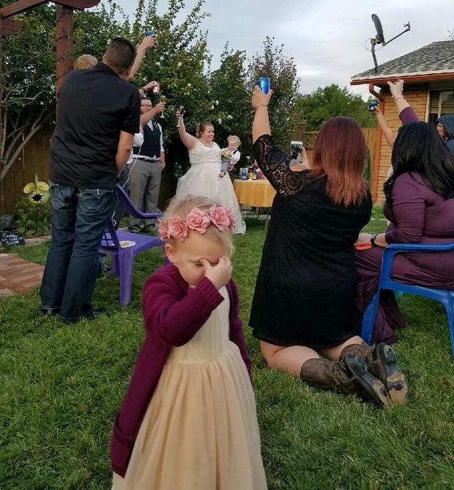 Ngày cưới chính là ngày vui nhất, vì vậy hãy lưu lại khoảnh khắc ấy bằng những bức hình nhìn là muốn cười bò như thế này - Ảnh 8.
