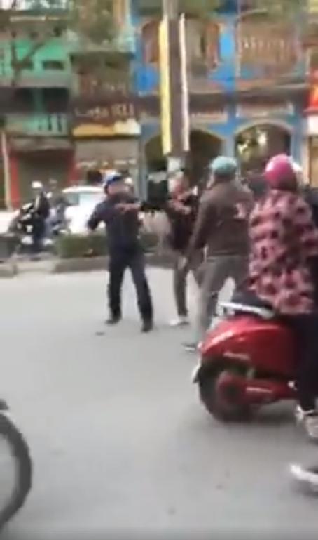 Va chạm giao thông, 2 người đàn ông trung niên lao vào đánh nhau như phim hành động - Ảnh 4.