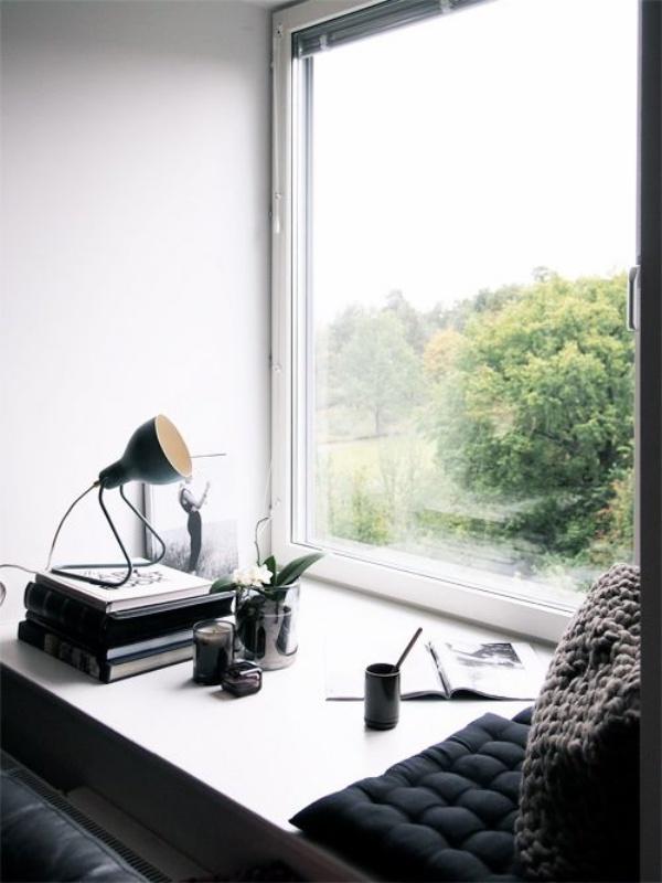 Góc đọc sách bên cửa sổ đẹp lãng mạn cho những ngày gió lạnh - Ảnh 1.