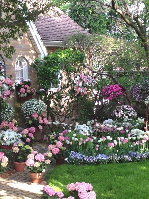 Rộn ràng hương sắc xuân trong sân vườn nhờ những ý tưởng làm đẹp sáng tạo - Ảnh 1.