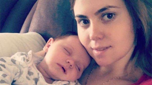 Thấy cơ thể bốc mùi lạ sau khi sinh, bà mẹ sửng sốt phát hiện có thứ bị quên trong âm đạo - Ảnh 2.