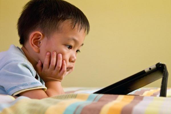Những sai lầm tai hại của cha mẹ khi cho trẻ dùng điện thoại, máy tính - Ảnh 3.