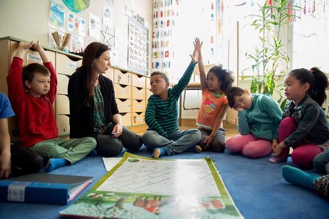 Muốn con luôn khỏe mạnh và hạnh phúc, học 5 cách nuôi dạy con của cha mẹ Thụy Điển - Ảnh 1.