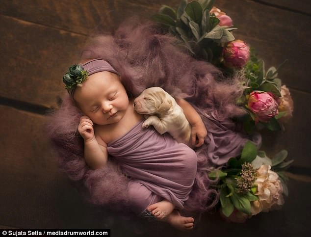 Ngắm những thiên thần bé nhỏ say gấc bên thú cưng đáng yêu - Ảnh 1.