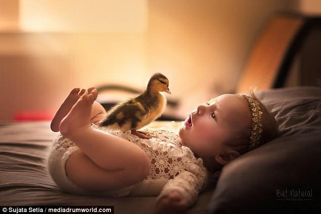 Ngắm những thiên thần bé nhỏ say gấc bên thú cưng đáng yêu - Ảnh 2.