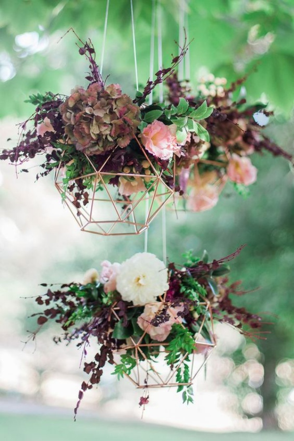 Đèn chùm bằng hoa tươi rực rỡ sắc màu làm duyên cho ngôi nhà của bạn - Ảnh 1.