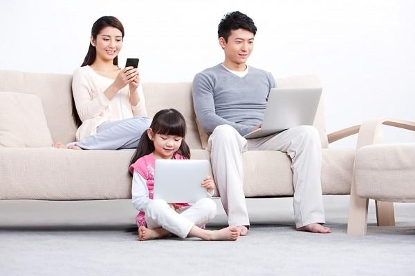 Áp dụng cách này, bố mẹ không lo con dán mắt vào các thiết bị điện tử trong dịp hè - Ảnh 1.