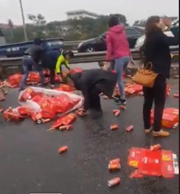 Không hôi của, người dân Hà Nội nhặt Coca giúp tài xế xe tải gặp nạn - Ảnh 1.