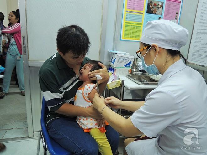 Từ tháng 1/2018, trẻ sơ sinh đến 5 tuổi bắt buộc phải tiêm đủ 10 loại vắc xin - Ảnh 2.