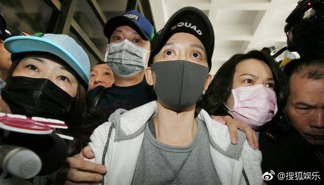 Trần Kiều Ân mệt mỏi xuất hiện tại sở cảnh sát, mang gần 80 triệu đi nộp phạt thì bị rơi vãi - Ảnh 1.