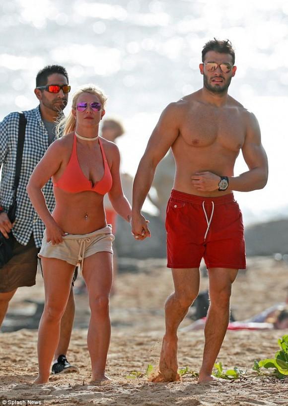 Lộ ảnh đeo nhẫn kim cương, Britney Spears bị đồn đã đính hôn cùng bạn trai kém tuổi - Ảnh 2.