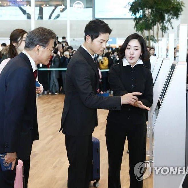 Vừa trở về sau chuyến du lịch cùng vợ yêu, Song Joong Ki đã bận rộn đi sự kiện cùng Tổng thống Hàn - Ảnh 2.