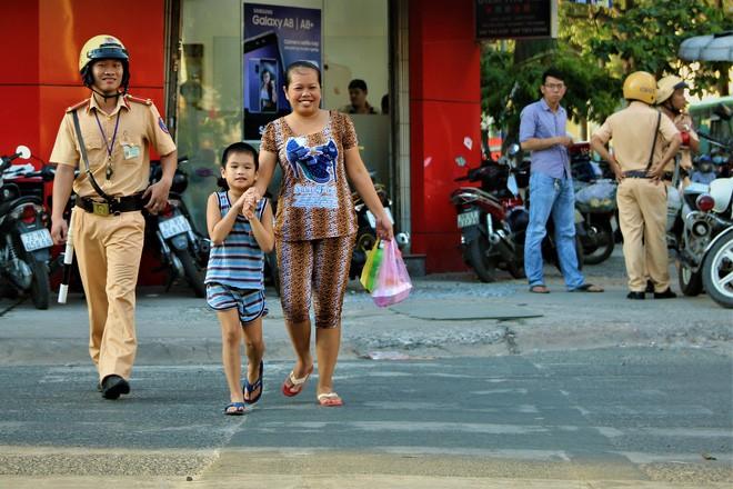 Nhiều người Sài Gòn không biết đi bộ sai luật có thể bị phạt tù đến 15 năm - Ảnh 1.