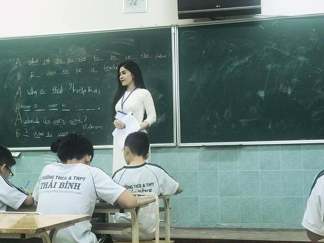 Cô giáo nổi nhất MXH những ngày qua: Thành thạo 3 ngoại ngữ, chơi 4 nhạc cụ và rất sexy - Ảnh 1.