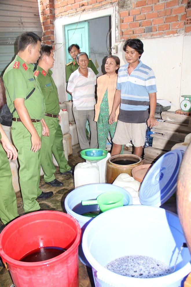 Rùng mình cơ sở sản xuất nước mắm bằng muối và nước giếng - Ảnh 2.
