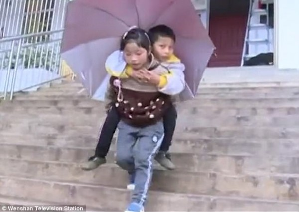 Bé gái 9 tuổi cõng anh trai tật nguyền đến trường mỗi ngày: Câu chuyện lay động hàng triệu trái tim - Ảnh 1.