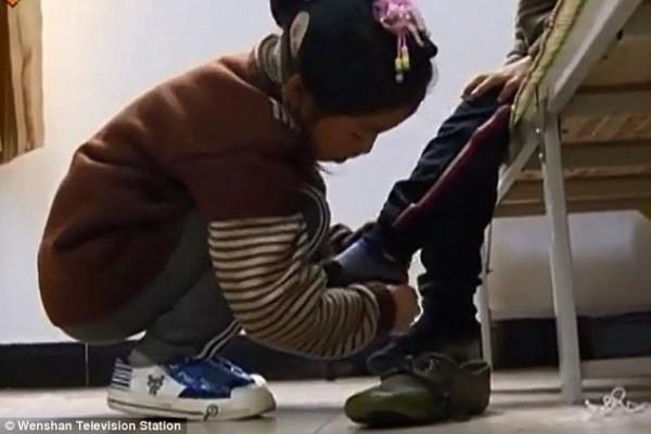 Bé gái 9 tuổi cõng anh trai tật nguyền đến trường mỗi ngày: Câu chuyện lay động hàng triệu trái tim - Ảnh 2.