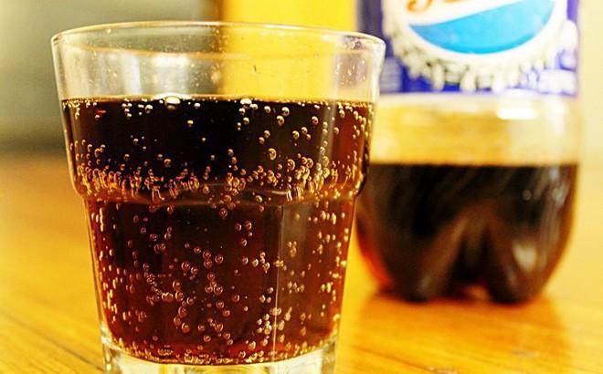 Cho con uống nước ngọt có ga gây hậu quả khủng khiếp thế này - Ảnh 1.
