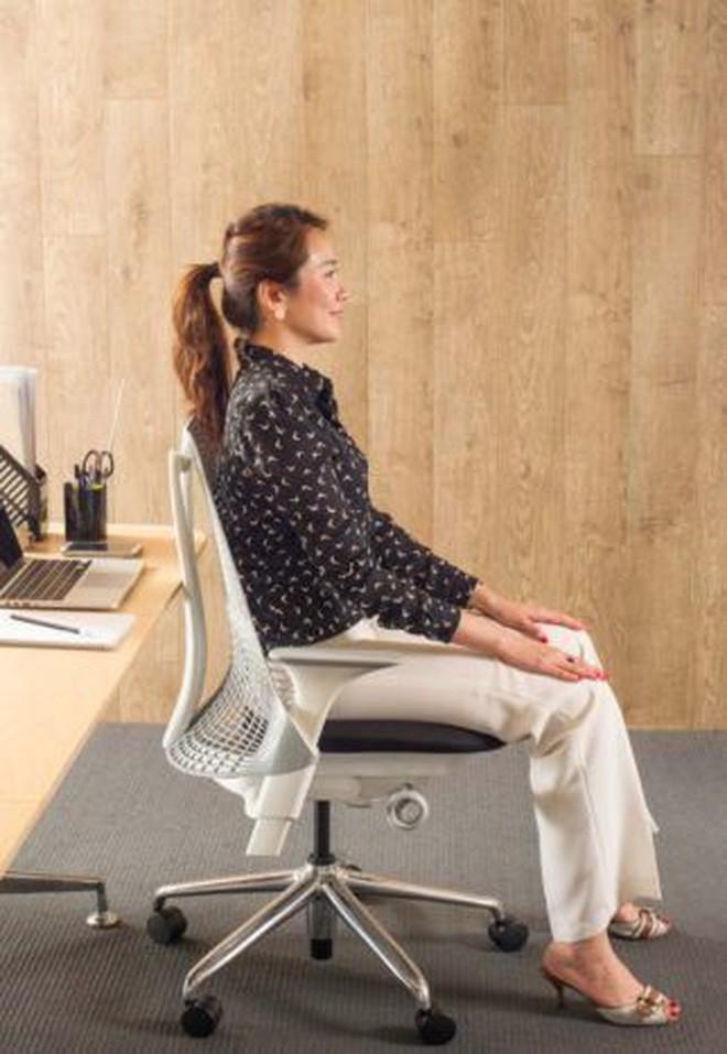 Dân văn phòng ngồi nhiều luôn đối mặt với tình trạng đau lưng khó chịu và đây là cách giải quyết hiệu quả - Ảnh 3.