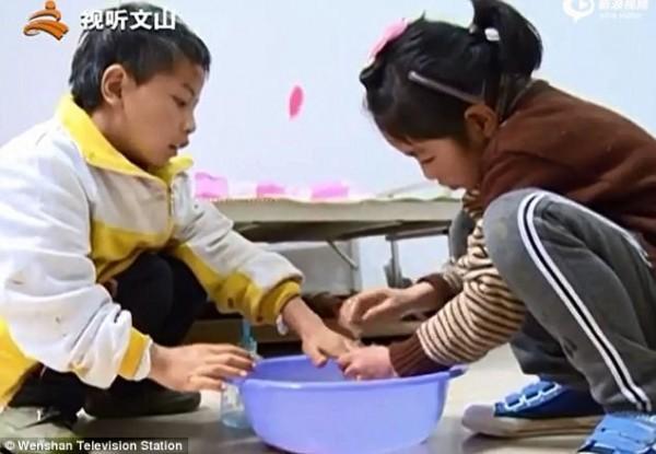 Bé gái 9 tuổi cõng anh trai tật nguyền đến trường mỗi ngày: Câu chuyện lay động hàng triệu trái tim - Ảnh 3.