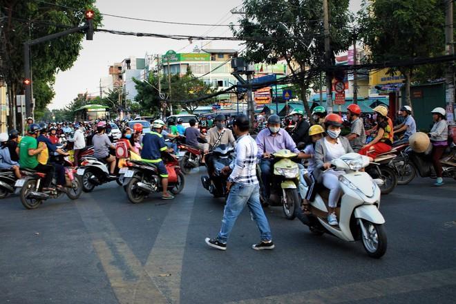 Nhiều người Sài Gòn không biết đi bộ sai luật có thể bị phạt tù đến 15 năm - Ảnh 4.