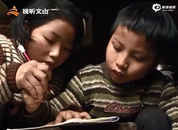 Bé gái 9 tuổi cõng anh trai tật nguyền đến trường mỗi ngày: Câu chuyện lay động hàng triệu trái tim - Ảnh 4.