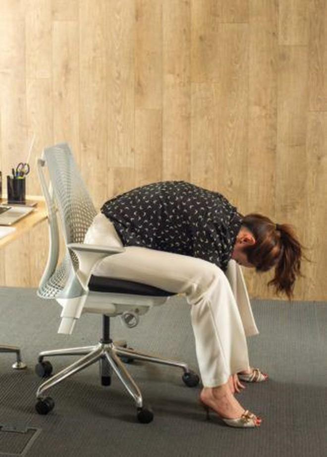 Dân văn phòng ngồi nhiều luôn đối mặt với tình trạng đau lưng khó chịu và đây là cách giải quyết hiệu quả - Ảnh 5.