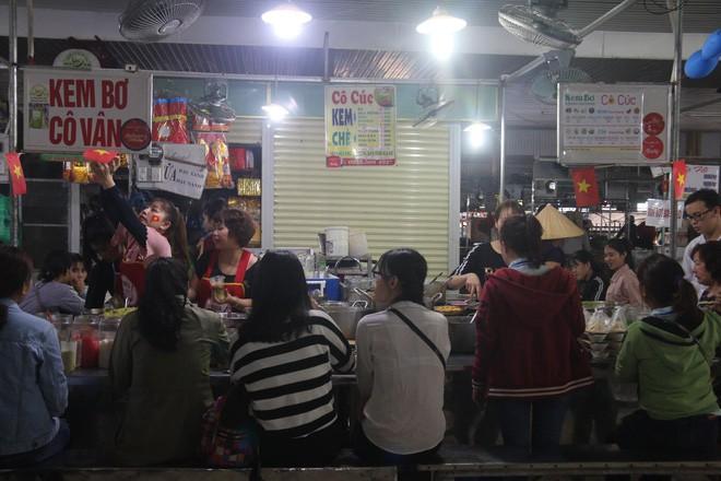 Tiểu thương Đà Nẵng treo quốc kỳ khắp chợ, nghỉ bán sớm để cổ vũ cho đội tuyển U23 Việt Nam - Ảnh 8.