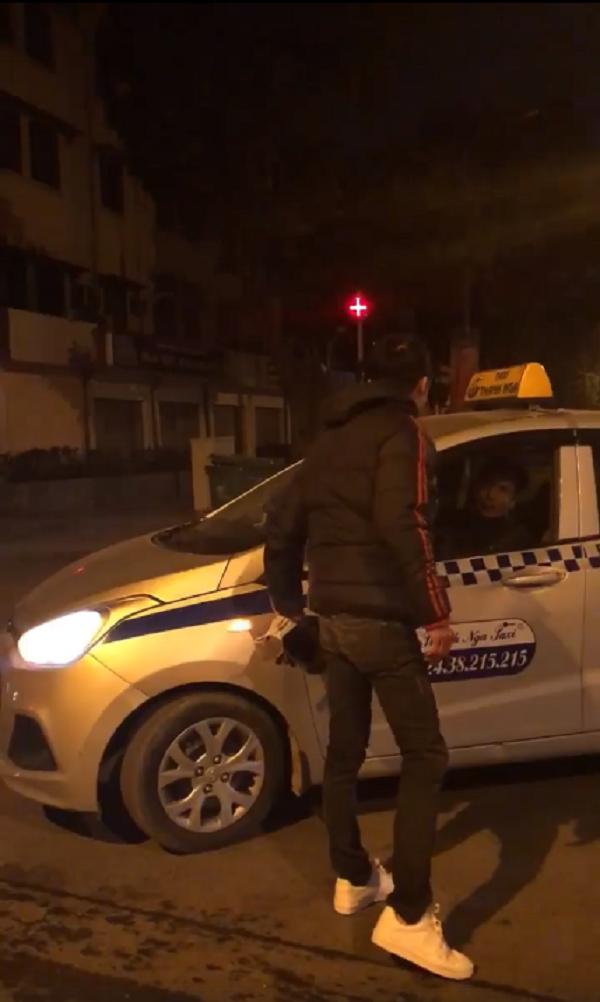 Va chạm giao thông, nam thanh niên kéo bạn cầm hung khí bao vây tài xế taxi - Ảnh 2.