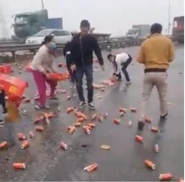 Không hôi của, người dân Hà Nội nhặt Coca giúp tài xế xe tải gặp nạn - Ảnh 2.