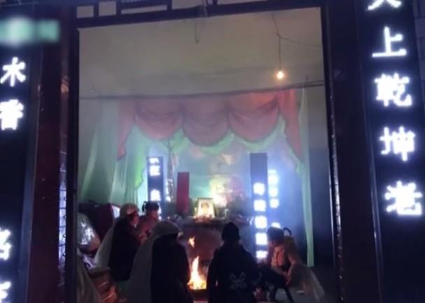 Đám tang bỗng chốc biến thành tiệc sinh nhật sau khi nghe âm thành lạ từ quan tài khiến hàng xóm hoang mang - Ảnh 1.