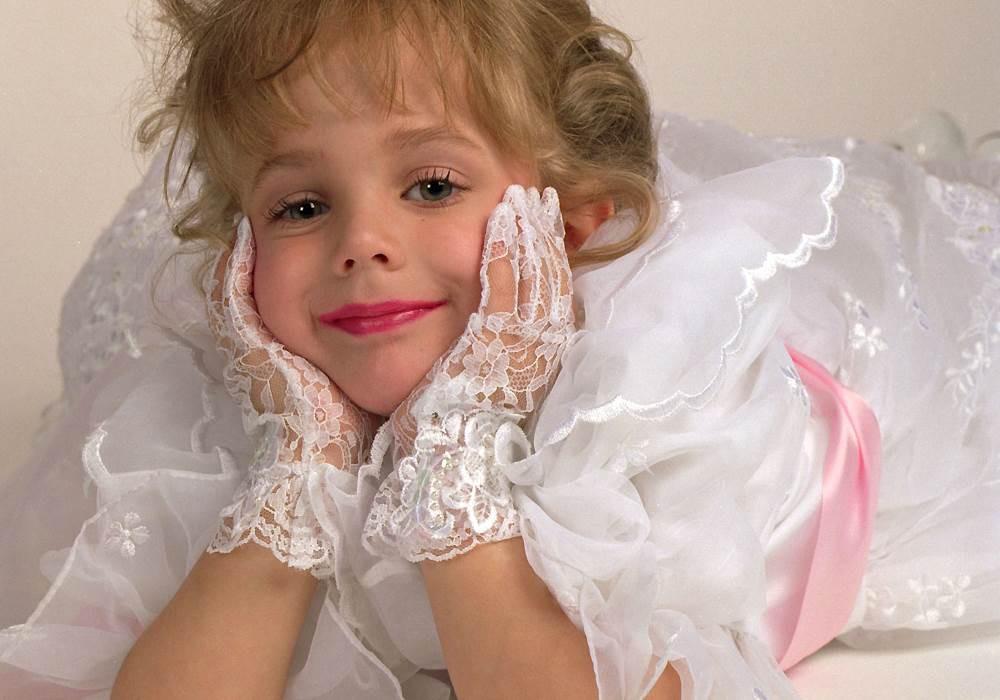 jonbenet-ramsey-in-white-gloves