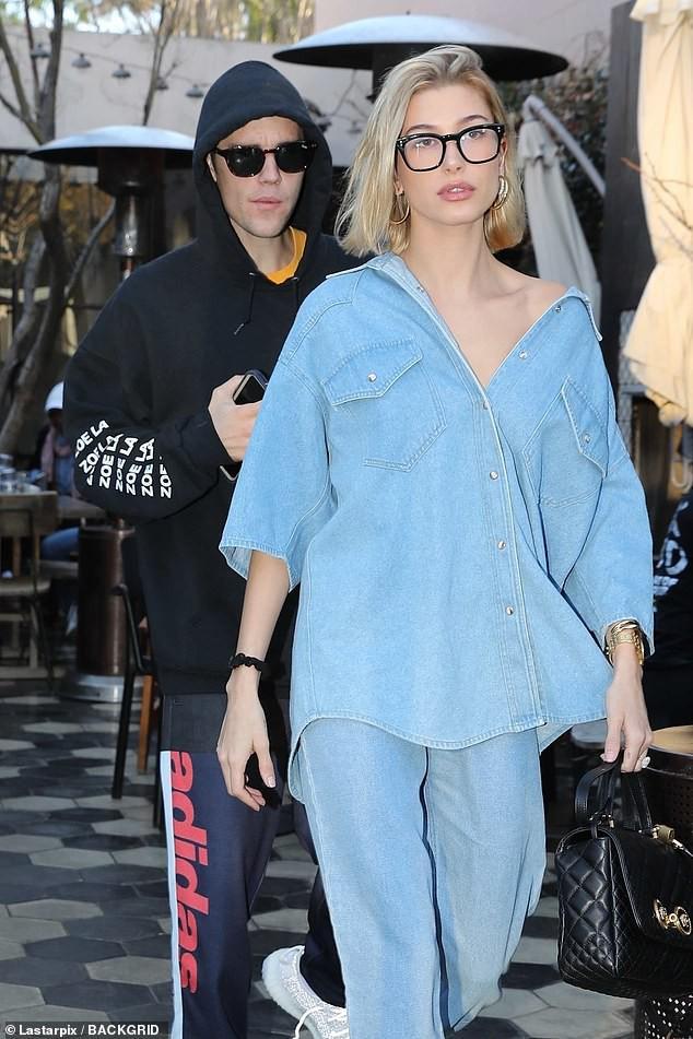 Justin Bieber nhăn mặt khó chịu xuất hiện bên Hailey sau khi bất ngờ dời ngày tổ chức đám cưới - Ảnh 1.