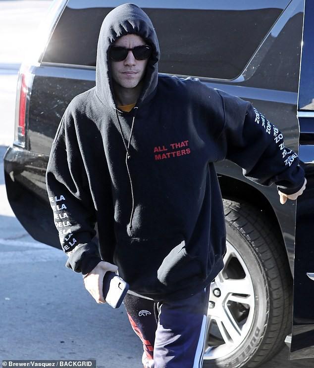 Justin Bieber nhăn mặt khó chịu xuất hiện bên Hailey sau khi bất ngờ dời ngày tổ chức đám cưới - Ảnh 4.