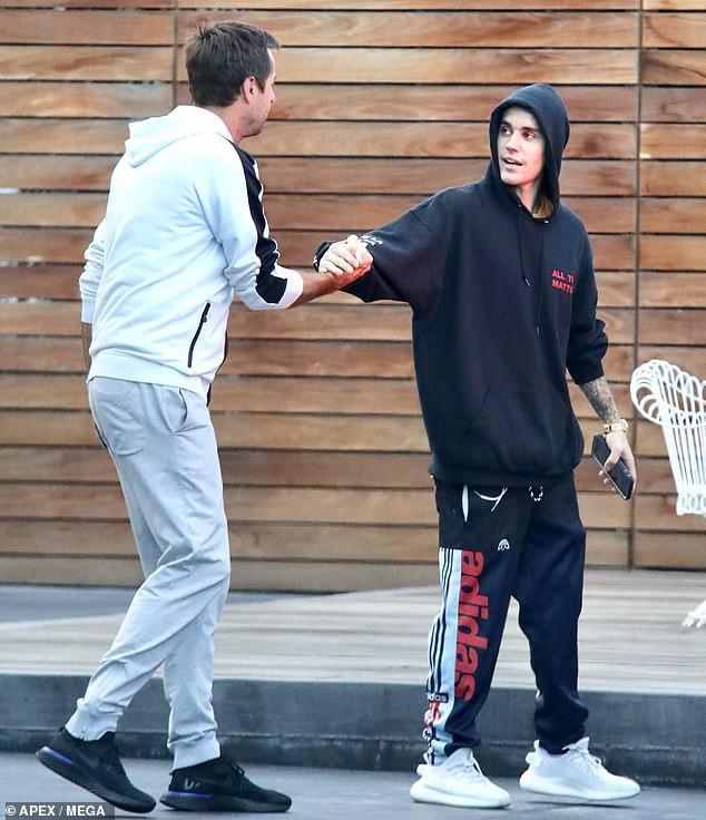 Justin Bieber nhăn mặt khó chịu xuất hiện bên Hailey sau khi bất ngờ dời ngày tổ chức đám cưới - Ảnh 7.