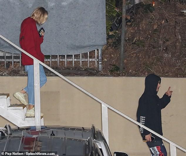 Justin Bieber nhăn mặt khó chịu xuất hiện bên Hailey sau khi bất ngờ dời ngày tổ chức đám cưới - Ảnh 8.