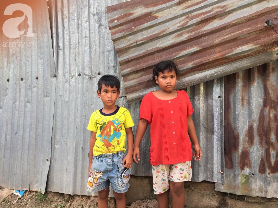 Mẹ bỏ, cha mất, 2 đứa trẻ khóc nghẹn: Cha hứa về mua