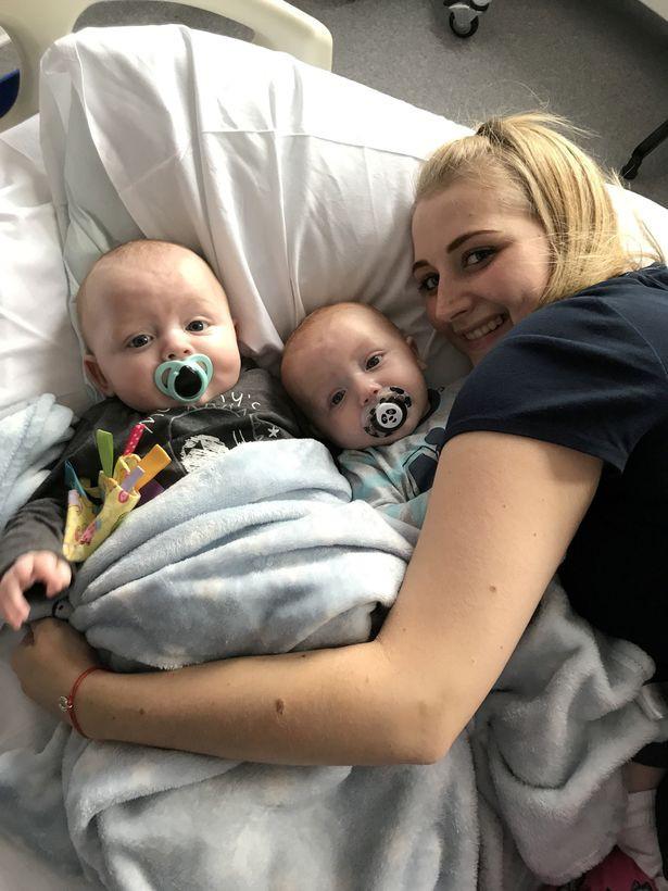 """Cặp đôi song sinh """"đẹp như tranh vẽ"""" truyền cảm hứng giúp mẹ đứng dậy sau khi bị cắt cụt chân vì ung thư - Ảnh 2."""