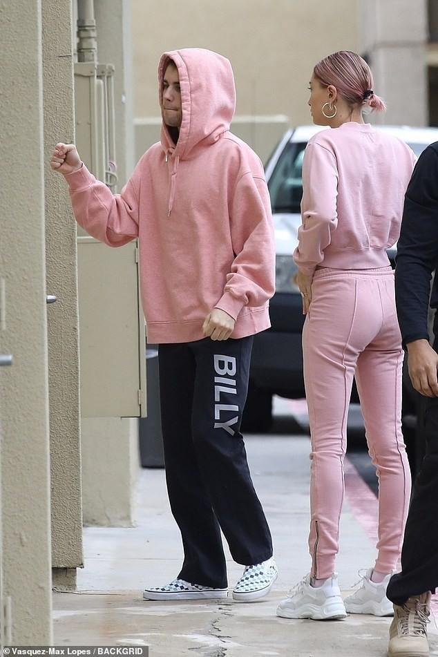 Vợ chồng Justin Bieber diện nguyên cây hồng mộng mơ ra phố và đã tiết lộ ngày làm đám cưới! - Ảnh 1.